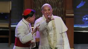 El papa francisco haciendo  seña Rockera en Filipinas