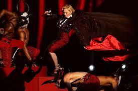 la Caída de Madonna en los BRITS AWARDS 2015